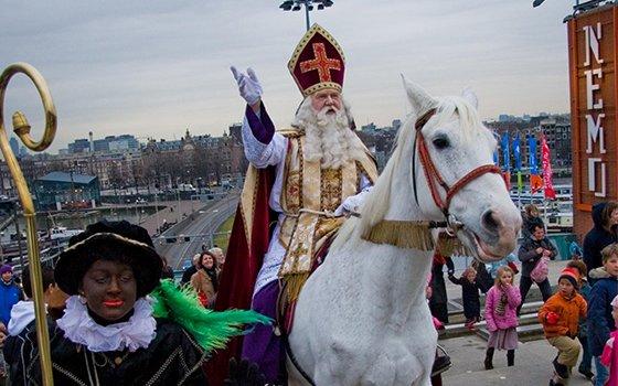 Sinterklaas auf seinem Pferd